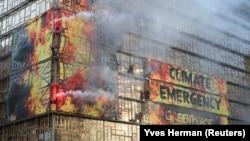 Activiștii Greenpeace au protestat în fața sediului central al UE de la Bruxelles în ziua în care a început reuniunea liderilor de state membre ale Uniunii