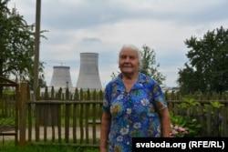 Юлія Лукша каля панадворка зь відам на будоўлю АЭС, 2016 год