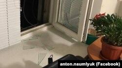 Кырым адвокатлары офисында ватылган тәрәзә