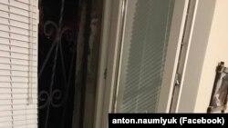 Розбите вікно в офісі адвокатів у Сімферополі 10 грудня 2018 року