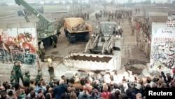Снос Берлинской стены. Потсдамер-плац, 12 ноября 1989 года.