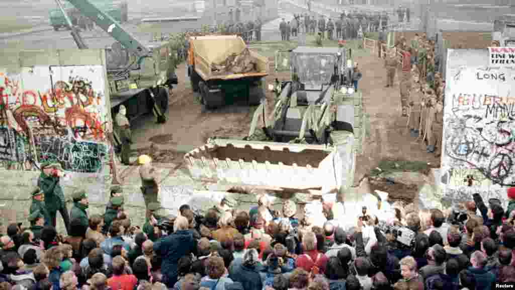 Снос стены. Берлин, Потсдамер-плац, 12 ноября 1989 года