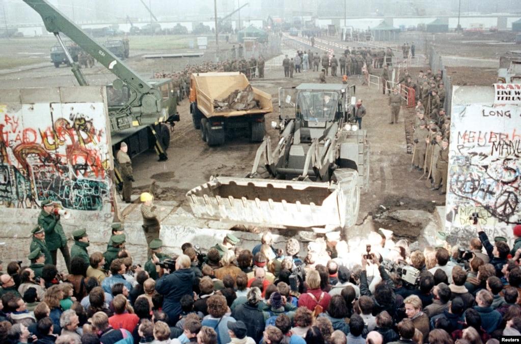 Знесення стіни. Берлін, Потсдамер-платц, 12 листопада 1989 року