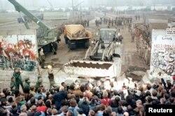 Восточный Берлин 12 ноября 1989 года. Фото: Reuters