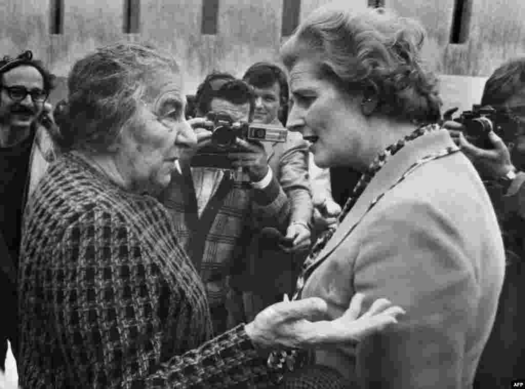 Маргарет Тэтчер Израильдің бұрынғы премьер-министрі Гольда Мейрмен әңгімелесіп тұр. Тель-Авив, 1976 жылдың сәуірі.