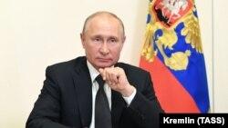 Президент России Владимир Путин в Ново-Огарево во время встречи в режиме видеоконференции.