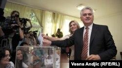Серб президентлыгына намзәт Томислав Николич тавыш бирә