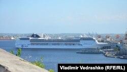 Круизный лайнер с иностранными туристами в Гаванском порту, 26 марта 2017