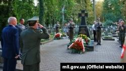 Міністри оборони України і Польщі, Степан Полторак (праворуч) та Антоній Мацеревич, під час вшанування вояків УНР на кладовищі у Варшаві, 15 серпня 2017 року