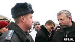 Лидера объединенных демократических сил Александра Милинкевича (справа) президент Белоруссии вниманием обошел