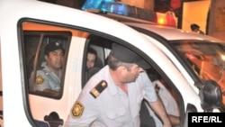 Emin Milli və Adnan Hacızadə qolları qandallı polis idarəsinə gətiriliblər