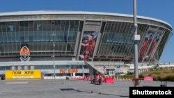 Порожній під час війни стадіон «Донбас Арена» із банером Фонду Ріната Ахметова. Донецьк, 22 серпня, 2015 року