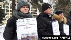 Алена Шабуня (зьлева) і іншыя пікетоўцы з плякатам на падтрымку Зьмітра Лупача