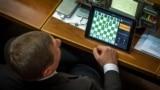Депутат Сергей Шахов играет в шахматы в Верховной Раде