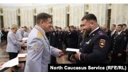 Тамерлан Мусаев получает диплом об окончании Академии управления МВД РФ в зале славы музея Победы в Москве
