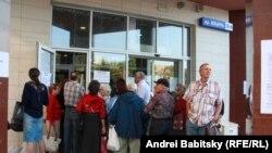 Banorët e qytetit Donjeck duke pritur për ndihma humanitare