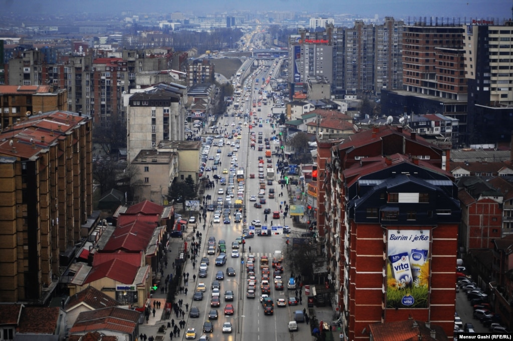 A view down one of the main roads of Pristina. The weather on February 10 hovered around -1 degrees Celsius. (Photo by Mensur Gashi)