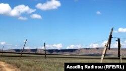 Ərazidə elektrik dirəkləri qırılıb sahələrə düşür