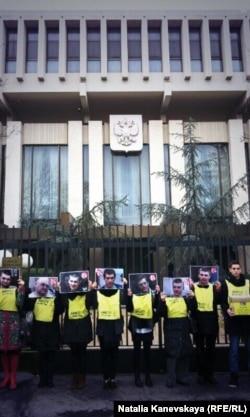 Представители Международной Амнистии передают петицию в посольство России в Париже. Фото: Pierre-Yves Brunaud/ AIF