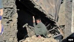 Երեխան երկրաշարժից փլված իր տան մոտ, Աֆղանստան, 28-ը հոկտեմբերի, 2015թ.