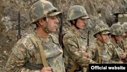Հայ զինվորները մարտական հենակետում՝ հերթապահության ժամանակ, արխիվ