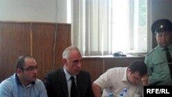 Слева направо - Эйнулла Фатуллаев, его адвокаты Исахан Ашуров и Эльчин Садыхов, 26 мая 2010