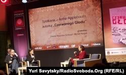 Енн Епплбаум (праворуч) під час презентації книги «Червоний голод» у Варшаві.