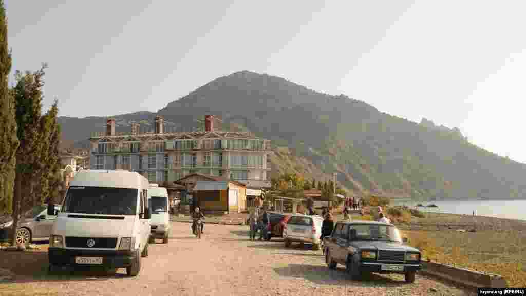 Один из туристических маршрутов на горный массив Караул-Оба начинается с пляжной зоны села Веселое