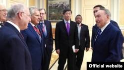 Президент Казахстана Нурсултан Назарбаев встречается с лауреатами Нобелевской премии и ведущими экономистами. Астана, 16 июня 2017 года.