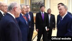 Президент Казахстана Нурсултан Назарбаев (справа) на встрече с Нобелевскими лауреатами. Астана, 16 июня 2017 года.
