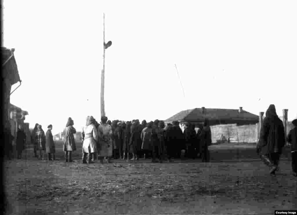 Люди рядом с радиоприемником слушают сводки Совинформбюро о положении на фронте. Павлодар, 1942 год.