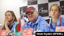 Капітан каманды Эдуард Дуброў і тэнісісткі Арына Сабаленка (зьлева) і Вера Лапко