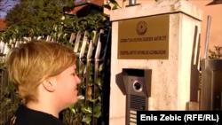 Milana Romić pred Veleposlanstvom, foto: Enis Zebić