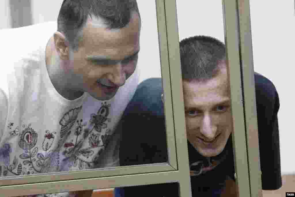 Rusiye mahkemesi Оleg Sentsovnı 20 yılğa, Aleksandr Kоlçenkonı – 10 yılğa apiske aldı, 2015 senesi avgust 25 künü