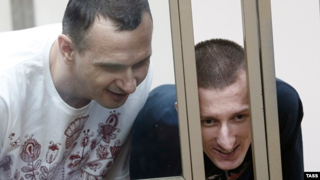 Ukrainian film director Oleh Sentsov (left) and his fellow defendant Oleksandr Kolchenko attend a hearing at a military court in the city of Rostov-na-Donu, August 25, 2015