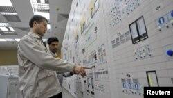 Бушер АЭС-інде жұмыс істеп тұрған Ресей мен Иран мамандары. 2009 жыл. (Көрнекі сурет).