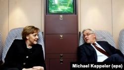 Канцлер Меркель и министр иностранных дел Франк-Вальтер Штайнмайер на борту правительственного самолета в 2006 году