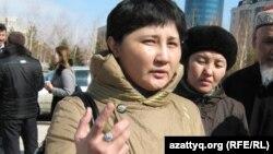 Гаухар Ибрагимова, супруга заключенного, выступает на акции протеста родственников заключенных, жалующихся на пытки. Астана, 1 апреля 2011 года.