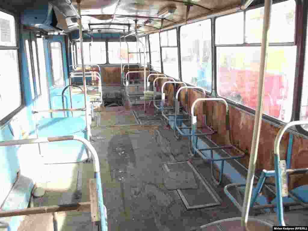 Когда сиденья троллейбуса приходят в негодность, водители пытаются заменить их снятыми со старых троллейбусов, которые уже не на ходу.