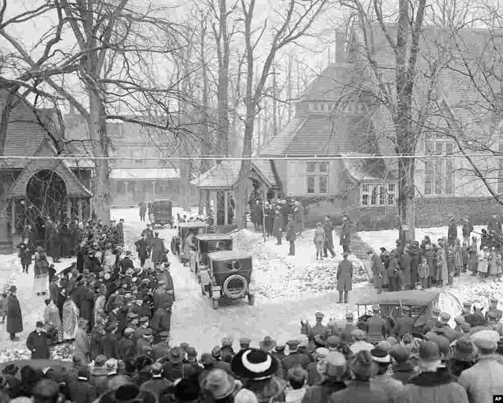 Former U.S. President Theodore Roosevelt is buried in Oyster Bay, New York, on January 8, 1919.