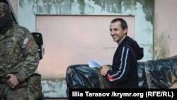 Сервер Мустафаев возле здания российского суда в Симферополе, 22 мая 2018 года