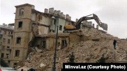 Сносимое в плановом порядке пятиэтажное здание на проспекте Гейдара Алиева в Баку обвалилось. 25 января 2014