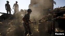 Військові Непалу шукають людей під завалами будівель у Бхактапурі, Непал, 27 квітня 2015 року
