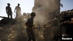 Военнослужащие армии Непала ведут поиски оставшихся под обломками разрушенных зданий. 27 апреля 2015 года.