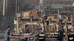 کابل: امنیتي چارواکي د برېتانیې د فرهنګي دفتر د باندې یو ژوبل شوی برېتانیوی د طبي مرستو لپاره وړي.