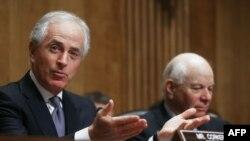 سناتور کورکر -سمت چپ تصویر- رئیس کمیته روابط خارجی سنا