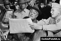 Генерал-майор О.Грисвольд показывает президенту Рузвельту карту расположения армии, 1942 год. Фото: Hulton-Deutsch Collection / CORBIS