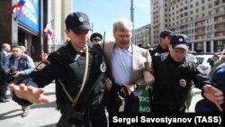 Сергей Митрохин задержан у здания Госдумы