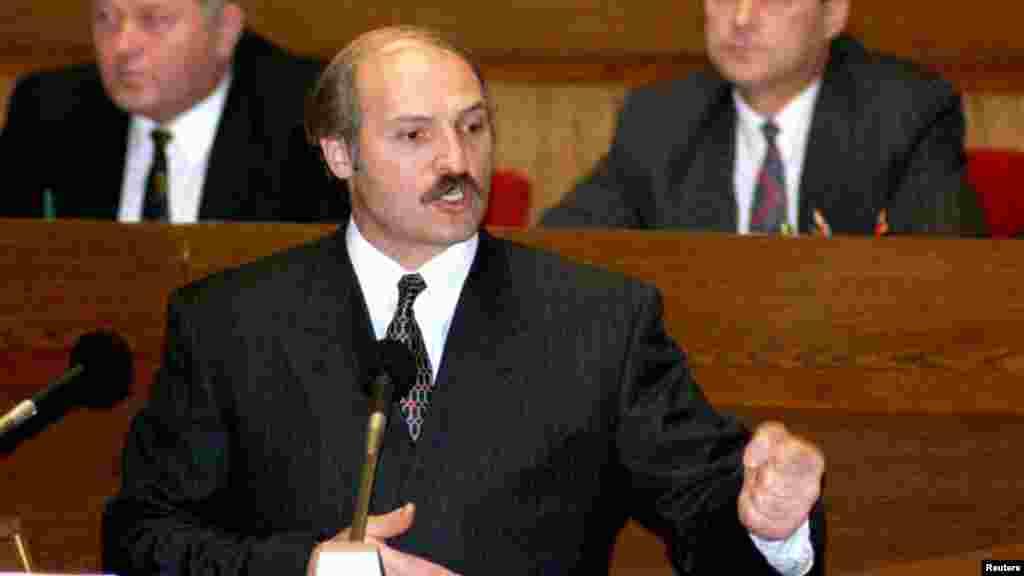 1996 год. Лукашэнка выступае перад парлямэнтам — Вярхоўным Саветам, які ён неўзабаве гвалтоўна разгоніць і заменіць на цалкам ляяльны яму Нацыянальны Сход