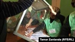 Процесс подсчета голосов прошел без нарушений на 99,7% участков, такой же показатель был и в первом туре голосования 21 октября